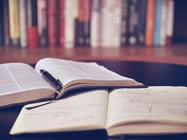 机の上に開かれている本とノートのイメージ画像