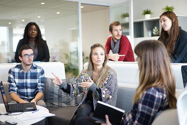 オフィスの会議室で会話する女性会社員たち