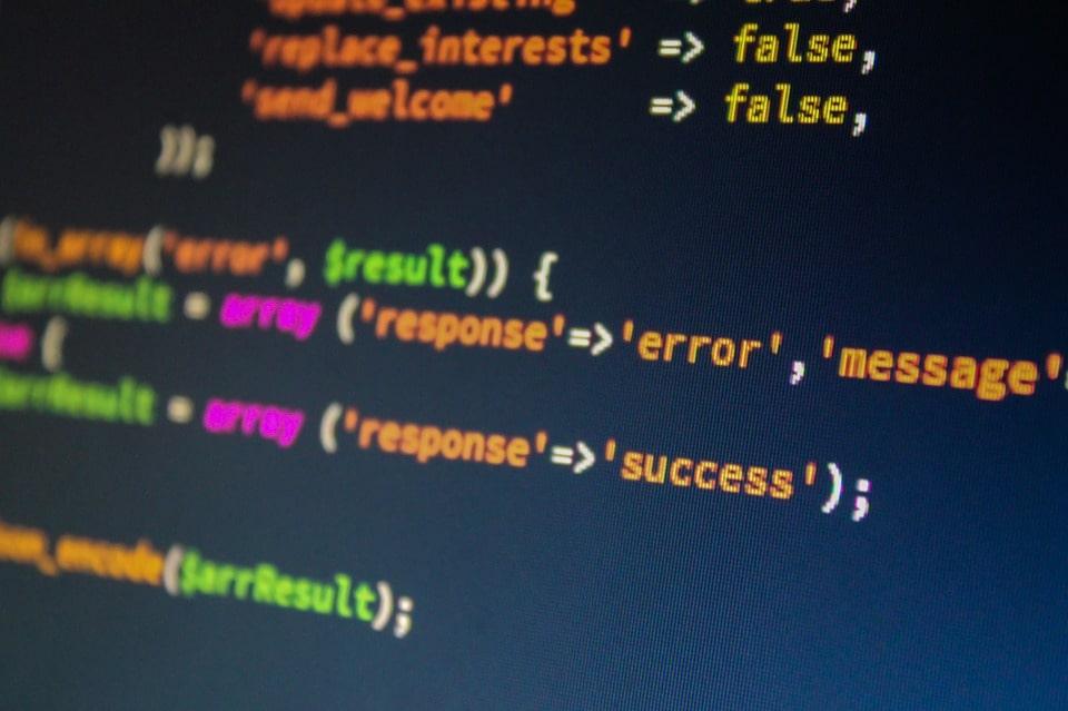 PHP言語は本当に初心者向け?特徴や知っておきたい注意点を解説